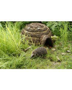 Pindsvinebo igloo flettet af smågrene