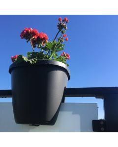 Altankasse-paa-gelaender-med-blomster